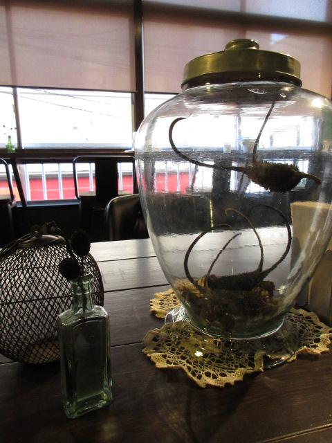 大きなテーブルの上 in サルトリイバラ喫茶室