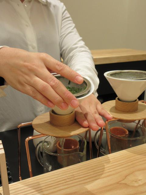 下のガラスマグに茶液を落とす