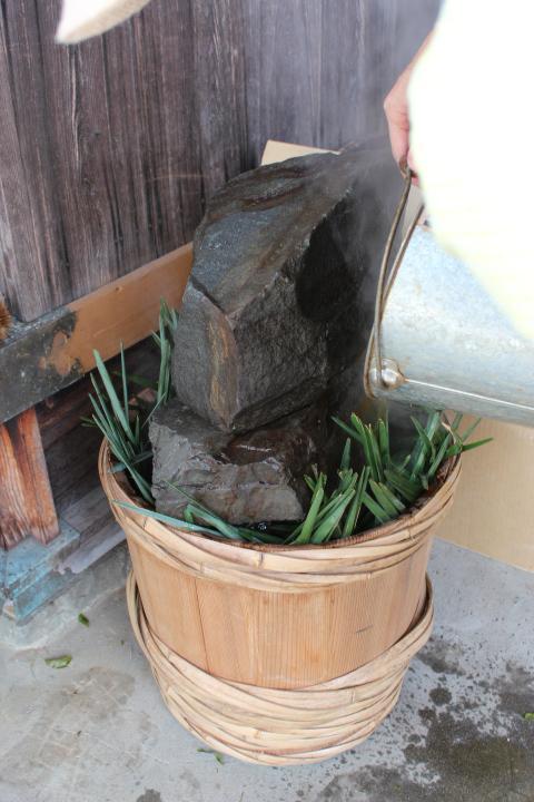 樽に煮汁を入れる
