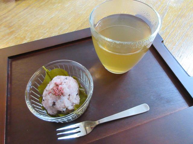 桜餅とりんご番茶