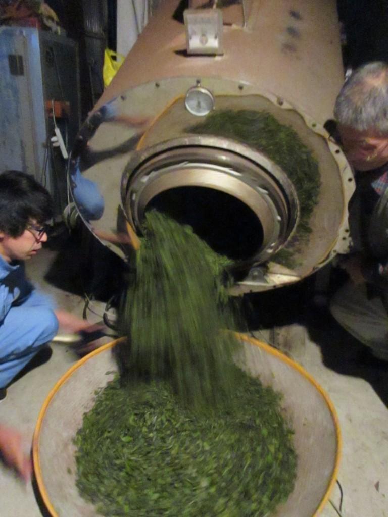 釜炒り機から茶葉を出す