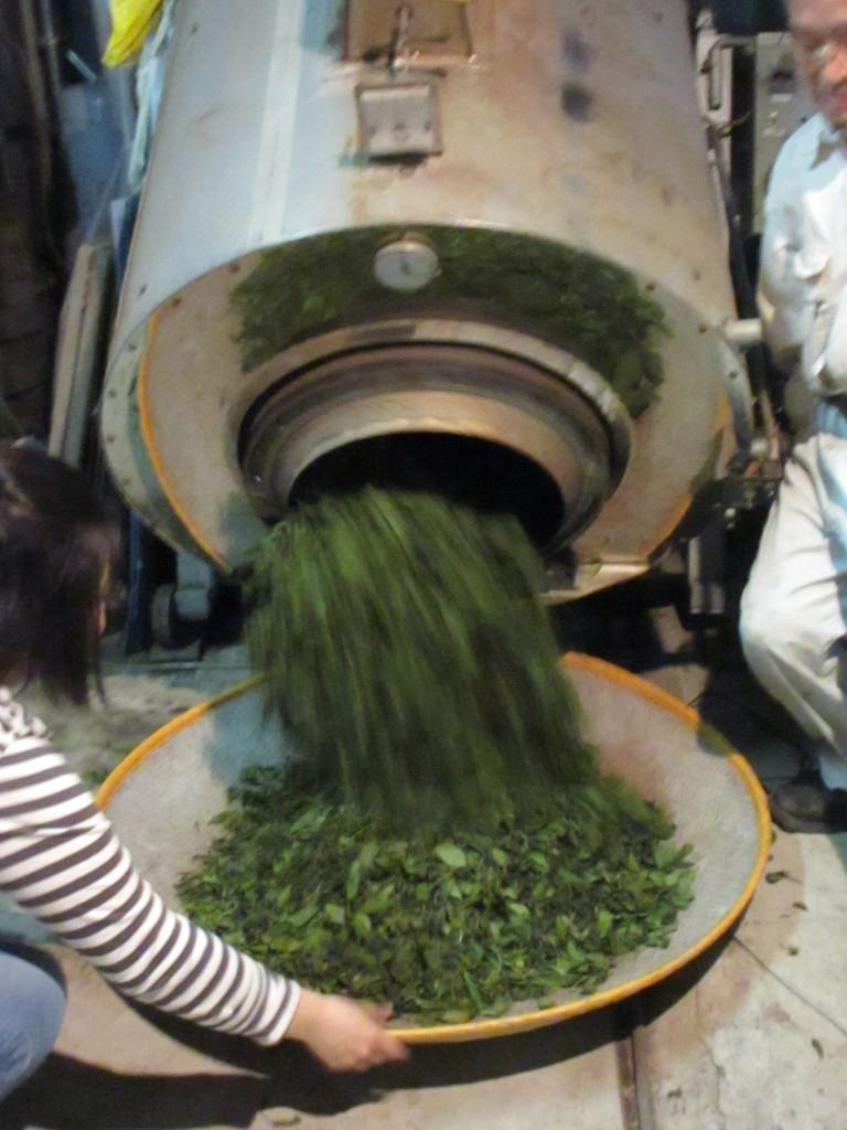 水乾機から茶葉を出す