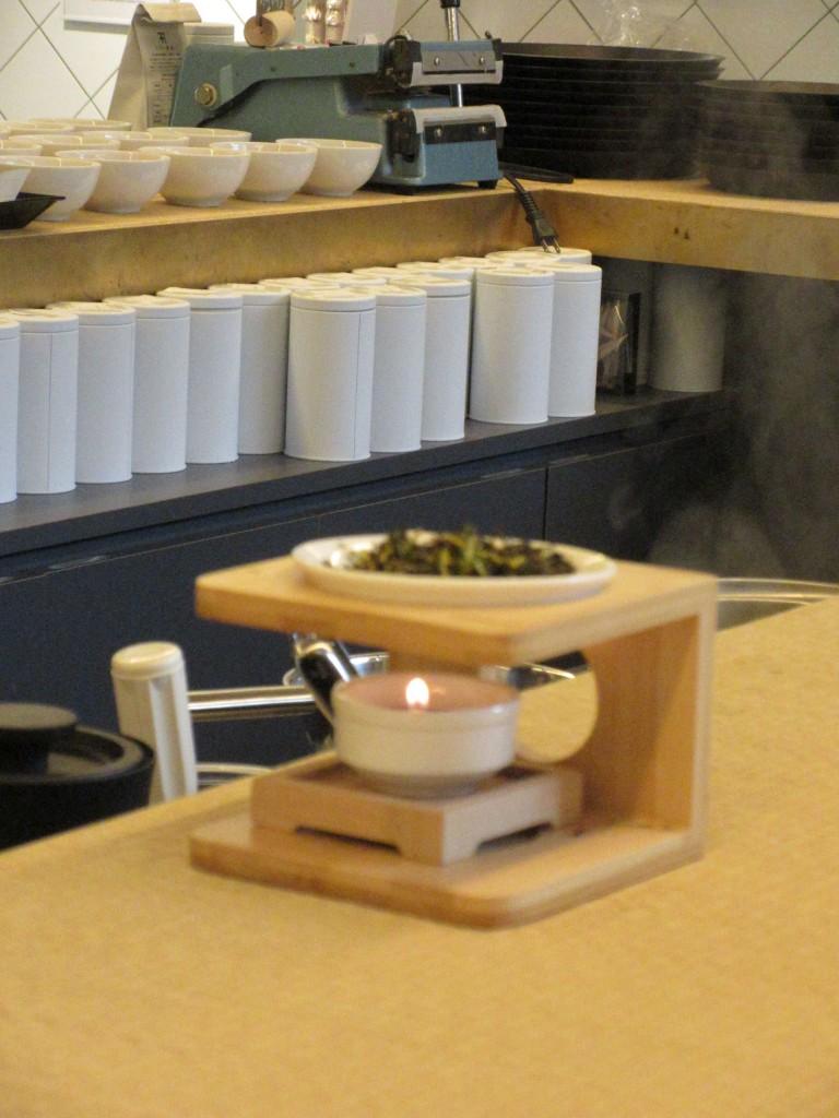 畳のカウンターに茶香炉
