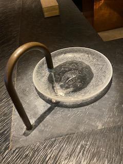 テーブルの上の水