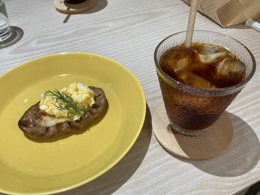 アイスコーヒーとカレリアパイ
